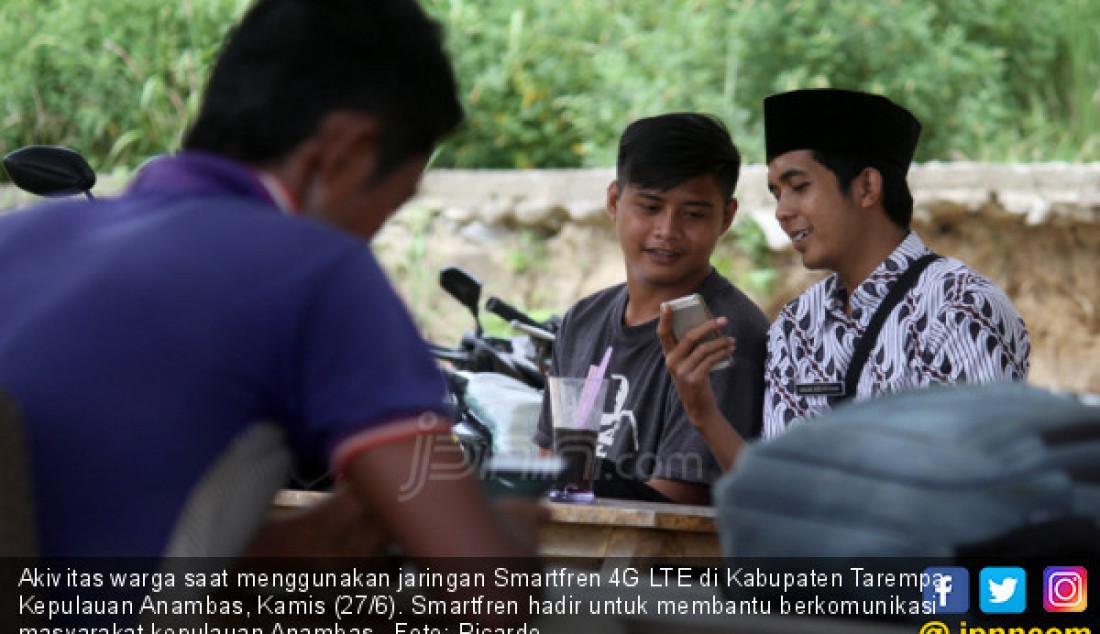 Akivitas warga saat menggunakan jaringan Smartfren 4G LTE di Kabupaten Tarempa, Kepulauan Anambas, Kamis (27/6). Smartfren hadir untuk membantu berkomunikasi masyarakat kepulauan Anambas. Foto: Ricardo - JPNN.com