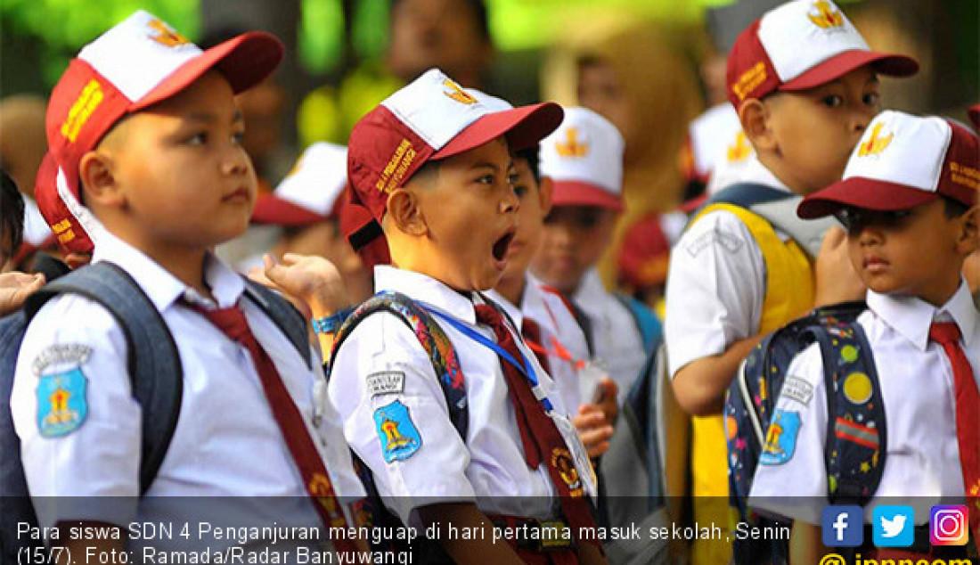 Para siswa SDN 4 Penganjuran menguap di hari pertama masuk sekolah, Senin (15/7). Foto: Ramada/Radar Banyuwangi - JPNN.com