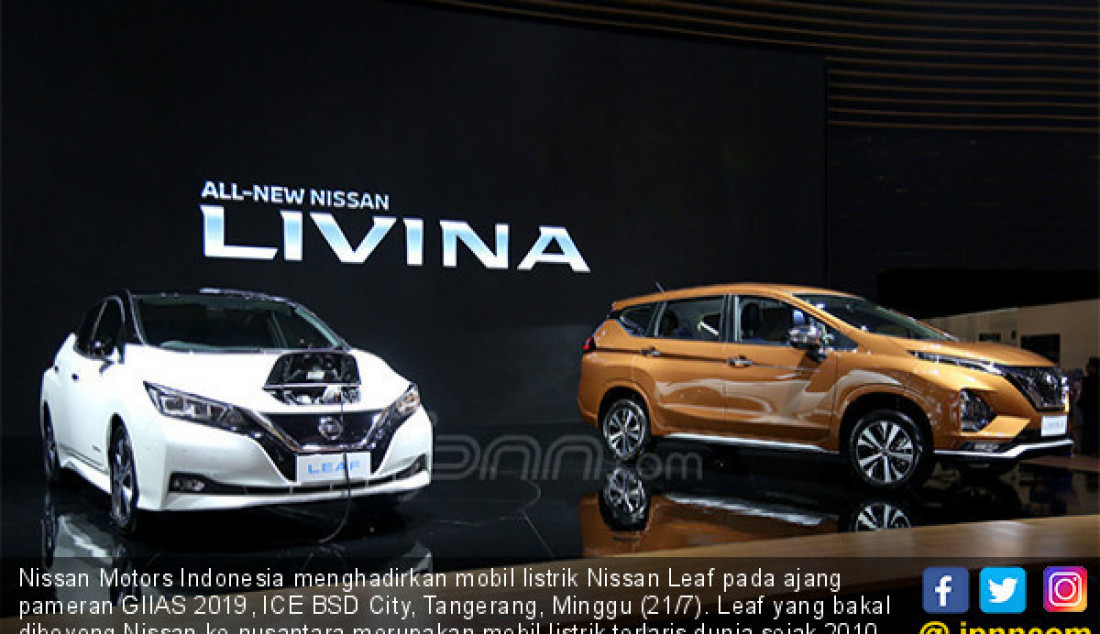 Nissan Motors Indonesia menghadirkan mobil listrik Nissan Leaf pada ajang pameran GIIAS 2019, ICE BSD City, Tangerang, Minggu (21/7). Leaf yang bakal diboyong Nissan ke nusantara merupakan mobil listrik terlaris dunia sejak 2010. Foto: Ricardo - JPNN.com