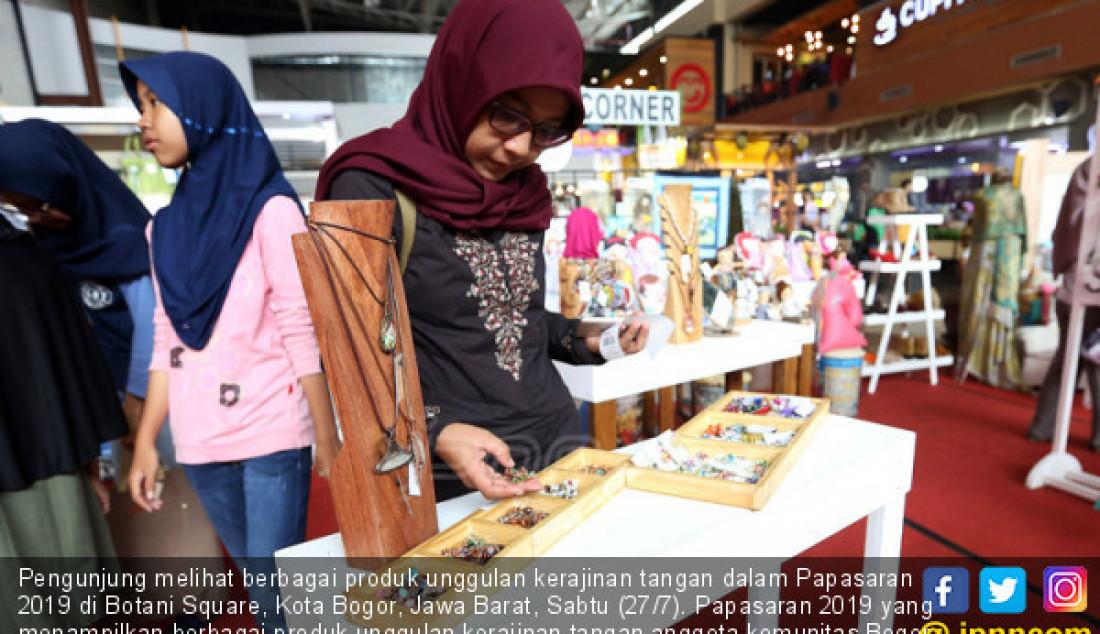 Pengunjung melihat berbagai produk unggulan kerajinan tangan dalam Papasaran 2019 di Botani Square, Kota Bogor, Jawa Barat, Sabtu (27/7). Papasaran 2019 yang menampilkan berbagai produk unggulan kerajinan tangan anggota komunitas Bogor Creative Crafter, workshop dan pelatihan tersebut bertujuan untuk mengenalkan sekaligus mempromosikan kerajinan tangan Bogor yang memiliki potensi ekspor mancanegara. Foto: Ricardo - JPNN.com