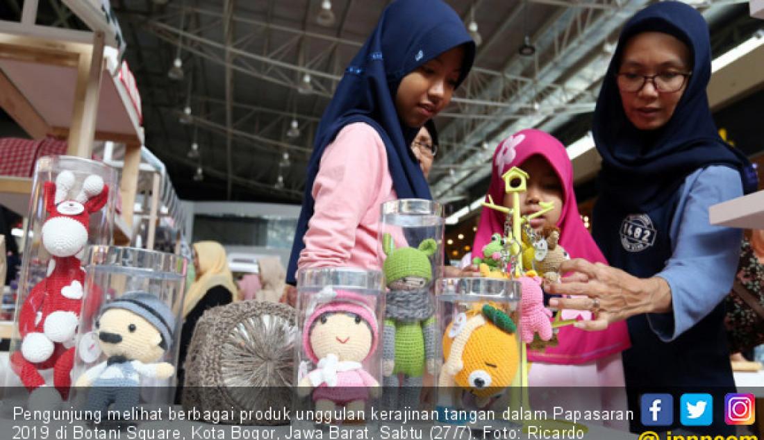 Pengunjung melihat berbagai produk unggulan kerajinan tangan dalam Papasaran 2019 di Botani Square, Kota Bogor, Jawa Barat, Sabtu (27/7). Foto: Ricardo - JPNN.com