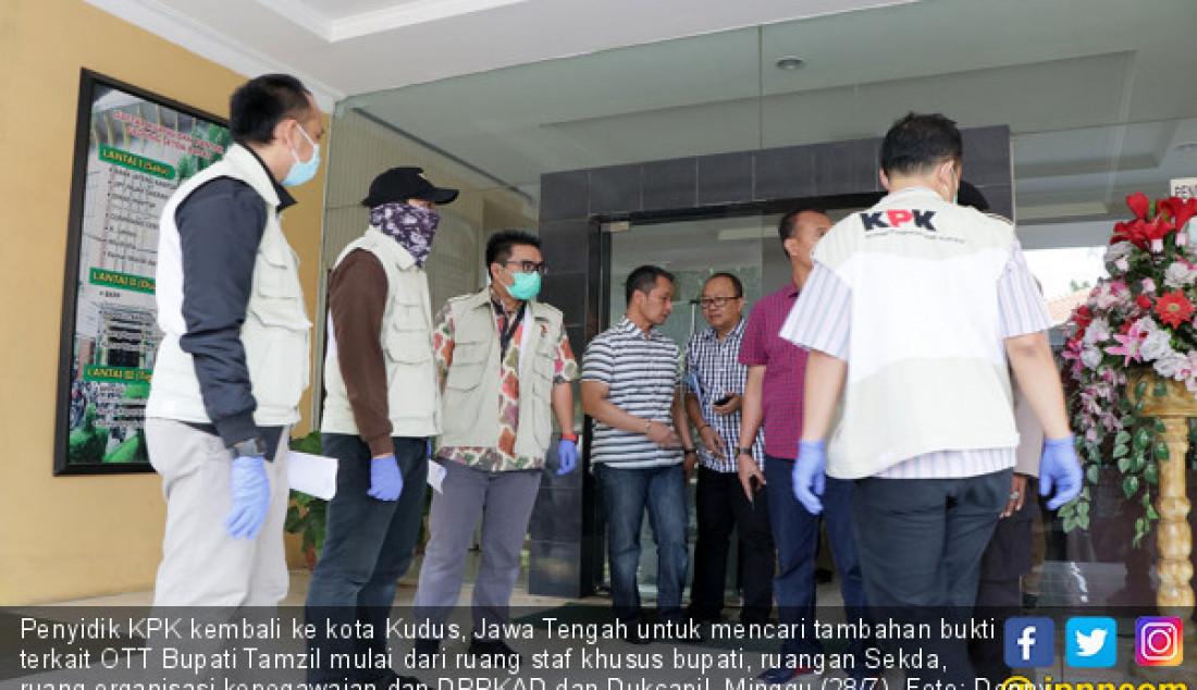 Penyidik KPK kembali ke kota Kudus, Jawa Tengah untuk mencari tambahan bukti terkait OTT Bupati Tamzil mulai dari ruang staf khusus bupati, ruangan Sekda, ruang organisasi kepegawaian dan DPPKAD dan Dukcapil, Minggu (28/7). Foto: Donny S/Radar Kudus - JPNN.com