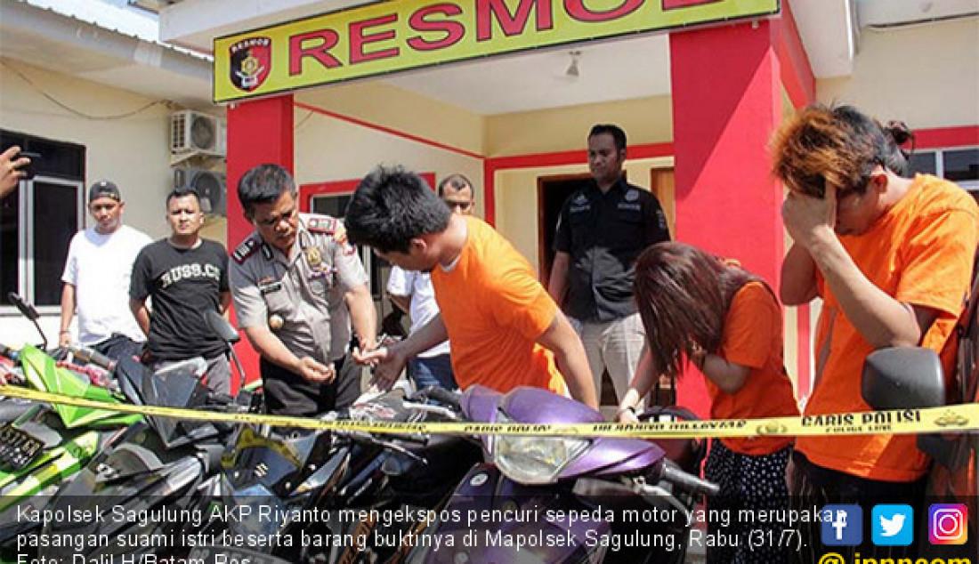 Kapolsek Sagulung AKP Riyanto mengekspos pencuri sepeda motor yang merupakan pasangan suami istri beserta barang buktinya di Mapolsek Sagulung, Rabu (31/7). Foto: Dalil H/Batam Pos - JPNN.com
