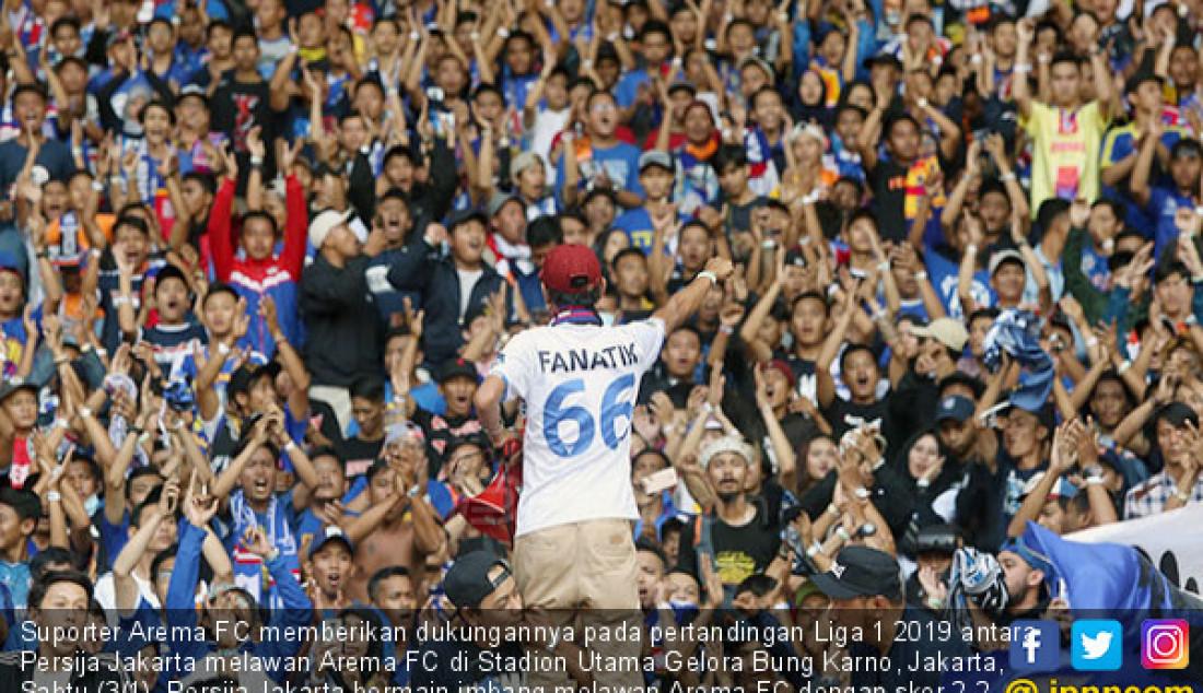 Suporter Arema FC memberikan dukungannya pada pertandingan Liga 1 2019 antara Persija Jakarta melawan Arema FC di Stadion Utama Gelora Bung Karno, Jakarta, Sabtu (3/1). Persija Jakarta bermain imbang melawan Arema FC dengan skor 2-2. Foto: Ricardo - JPNN.com