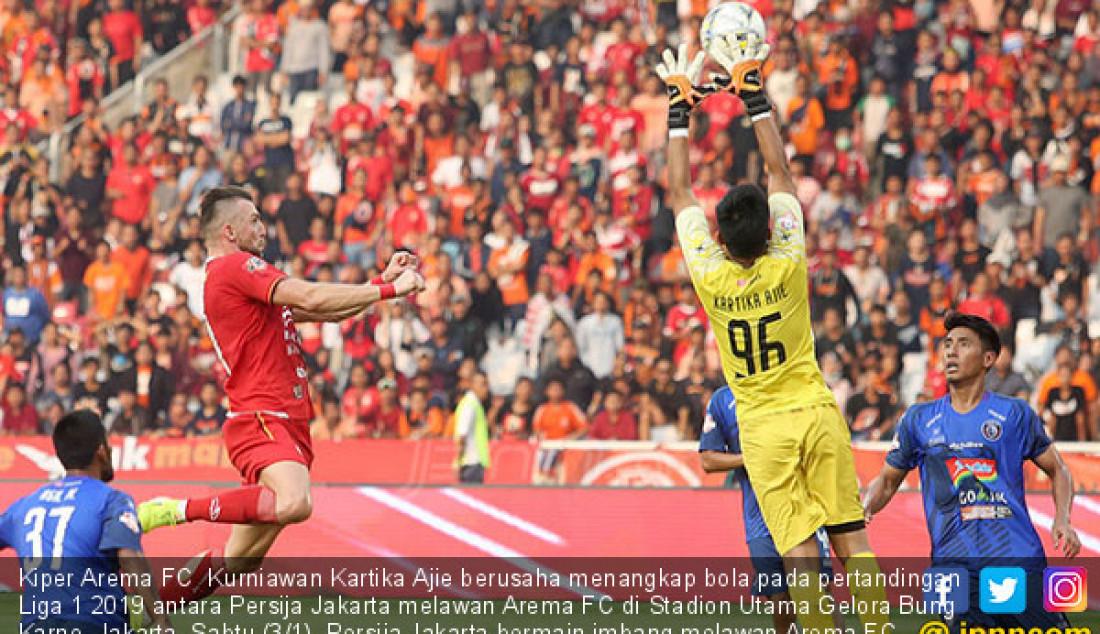 Kiper Arema FC Kurniawan Kartika Ajie berusaha menangkap bola pada pertandingan Liga 1 2019 antara Persija Jakarta melawan Arema FC di Stadion Utama Gelora Bung Karno, Jakarta, Sabtu (3/1). Persija Jakarta bermain imbang melawan Arema FC dengan skor 2-2. Foto: Ricardo - JPNN.com