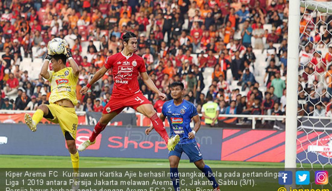 Kiper Arema FC Kurniawan Kartika Ajie berhasil menangkap bola pada pertandingan Liga 1 2019 antara Persija Jakarta melawan Arema FC, Jakarta, Sabtu (3/1). Persija harus berbagi angka dengan Arema FC 2-2. Foto: Ricardo - JPNN.com