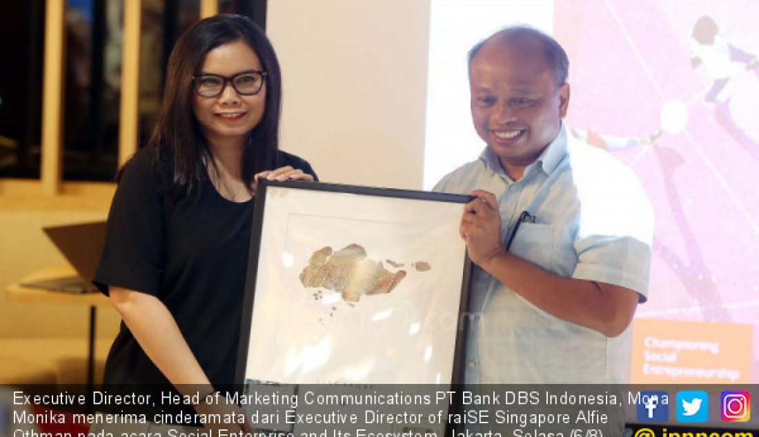 Executive Director, Head of Marketing Communications PT Bank DBS Indonesia, Mona Monika menerima cinderamata dari Executive Director of raiSE Singapore Alfie Othman pada acara Social Enterprise and Its Ecosystem, Jakarta, Selasa (6/8). Bank DBS Indonesia mendukung perkembangan wirausaha sosial di Indonesia. Foto: Ricardo - JPNN.com