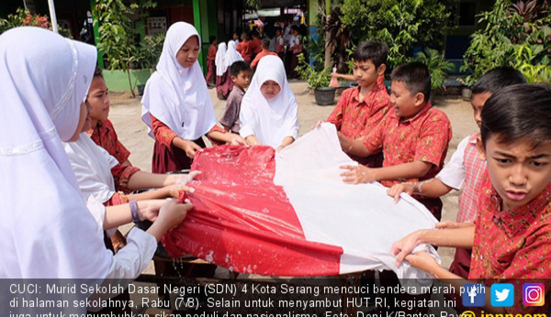 CUCI: Murid Sekolah Dasar Negeri (SDN) 4 Kota Serang mencuci bendera merah putih di halaman sekolahnya, Rabu (7/8). Selain untuk menyambut HUT RI, kegiatan ini juga untuk menumbuhkan sikap peduli dan nasionalisme. Foto: Doni K/Banten Raya - JPNN.com