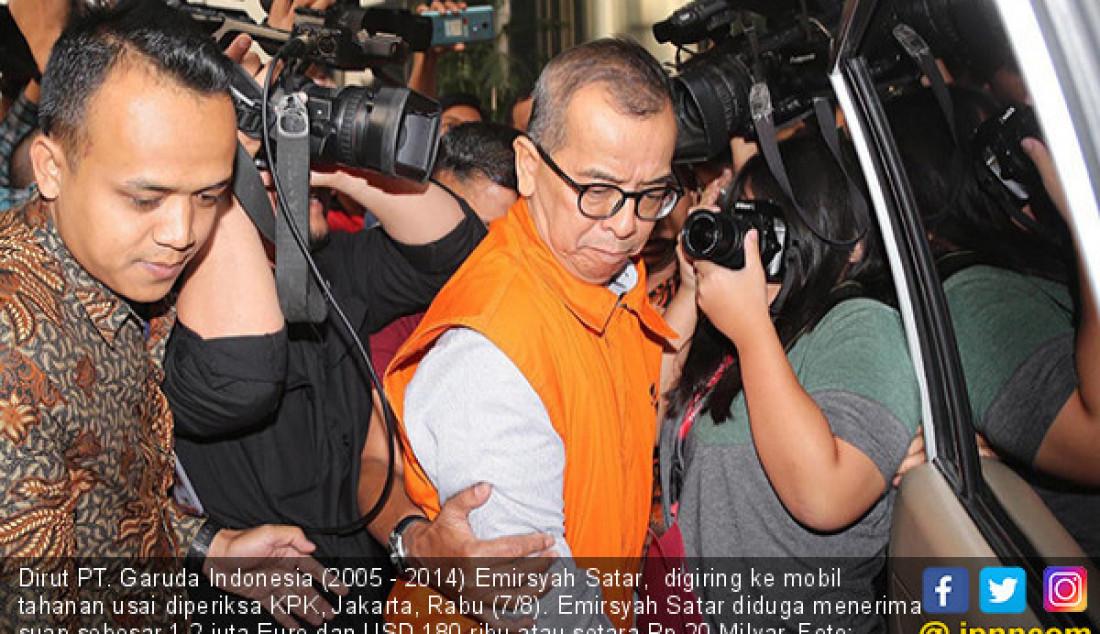 Dirut PT. Garuda Indonesia (2005 - 2014) Emirsyah Satar, digiring ke mobil tahanan usai diperiksa KPK, Jakarta, Rabu (7/8). Emirsyah Satar diduga menerima suap sebesar 1,2 juta Euro dan USD 180 ribu atau setara Rp 20 Milyar. Foto: Fedrik T/Jawa Pos - JPNN.com