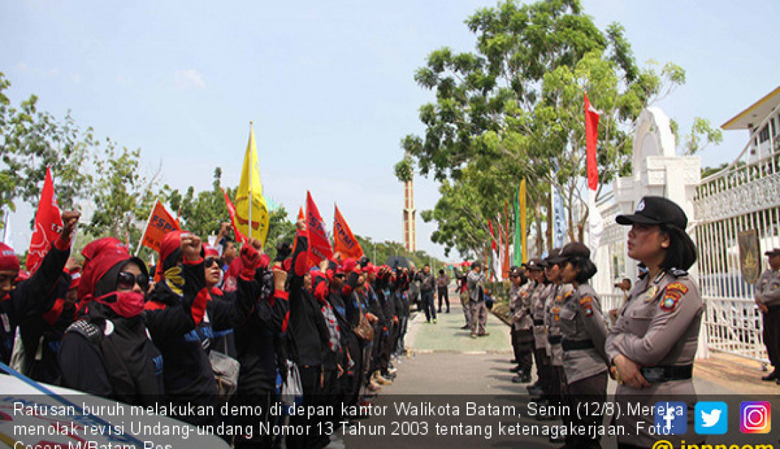Ratusan buruh melakukan demo di depan kantor Walikota Batam, Senin (12/8).Mereka menolak revisi Undang-undang Nomor 13 Tahun 2003 tentang ketenagakerjaan. Foto: Cecep M/Batam Pos - JPNN.com