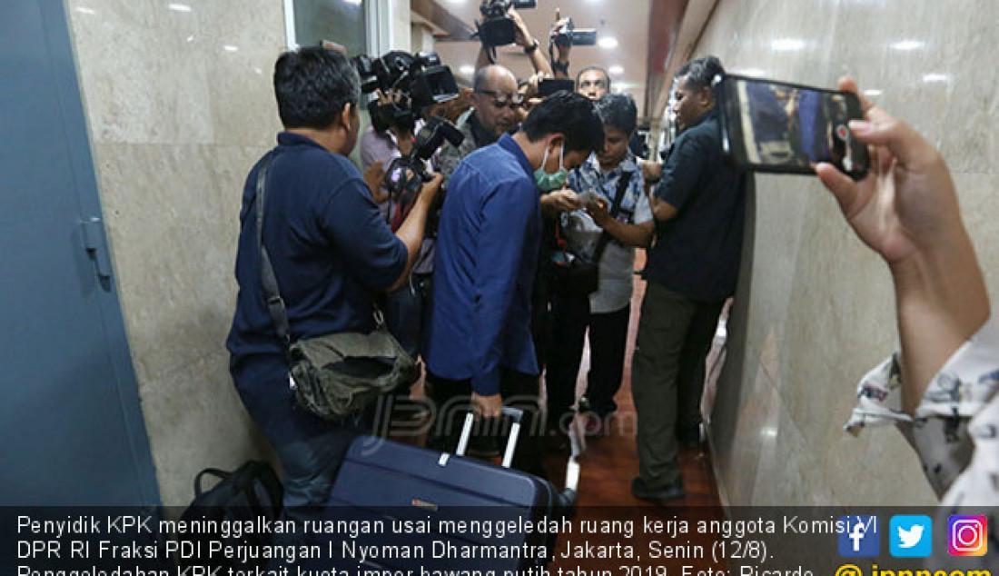 Penyidik KPK meninggalkan ruangan usai menggeledah ruang kerja anggota Komisi VI DPR RI Fraksi PDI Perjuangan I Nyoman Dharmantra, Jakarta, Senin (12/8). Penggeledahan KPK terkait kuota impor bawang putih tahun 2019. Foto: Ricardo - JPNN.com