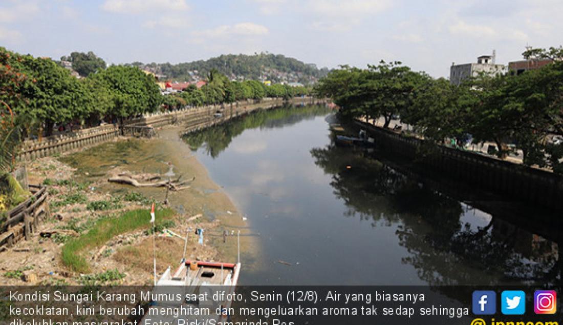Kondisi Sungai Karang Mumus saat difoto, Senin (12/8). Air yang biasanya kecoklatan, kini berubah menghitam dan mengeluarkan aroma tak sedap sehingga dikeluhkan masyarakat. Foto: Riski/Samarinda Pos - JPNN.com