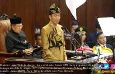 Jokowi Berpidato dengan Pakaian Adat Sasak, Kerisnya di Dada - JPNN.com