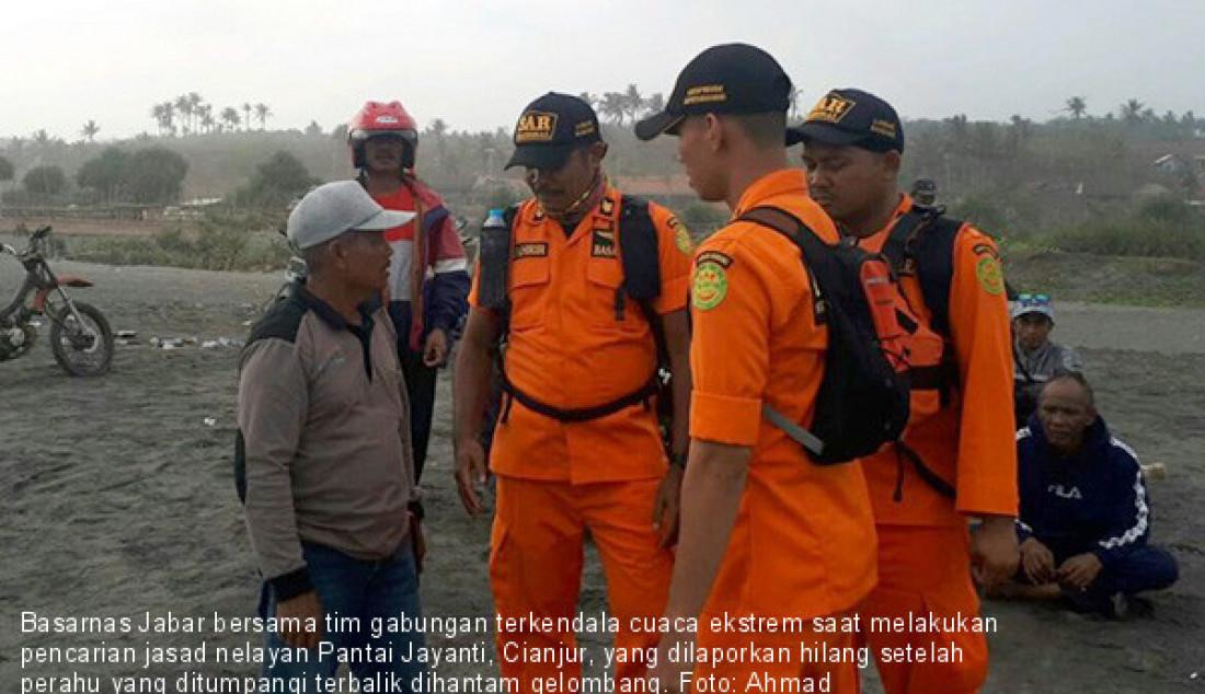 Basarnas Jabar bersama tim gabungan terkendala cuaca ekstrem saat melakukan pencarian jasad nelayan Pantai Jayanti, Cianjur, yang dilaporkan hilang setelah perahu yang ditumpangi terbalik dihantam gelombang. Foto: Ahmad Fikri/ANTARA/JPNN.com - JPNN.com