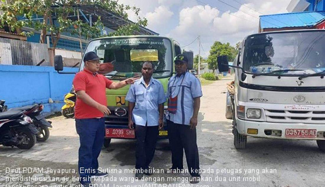 Dirut PDAM Jayapura, Entis Sutisna memberikan arahan kepada petugas yang akan mendistribusikan air bersih kepada warga dengan menggunakan dua unit mobil tangki secara gratis Foto: PDAM Jayapura/ANTARA/JPNN.com - JPNN.com