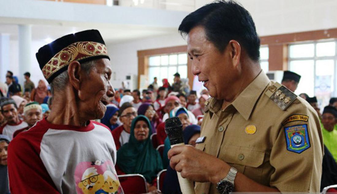 Bupati Bangka Tengah, Ibnu Saleh saat menghadiri acara Hari Lanjut Usia ke 23 di Koba, Selasa (10/9). Pada kesempatan itu turut dibagikan uang jaminan sosial kepada 600 warga lanjut usia. Foto: Ahmadi/ANTARA/JPNN.com - JPNN.com