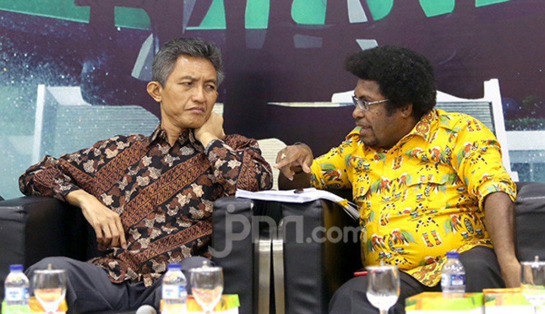 Anggota Komisi II DPR Abdul Hakam Naja, Senator asal Papua Barat Mervin S Komber saat diskusi Membedah UU Otsus Papua, Telaah Upaya Pemerintah Redam Konflik di Bumi Cendrawasih, Jakarta, Selasa (10/9). Foto: Ricardo - JPNN.com