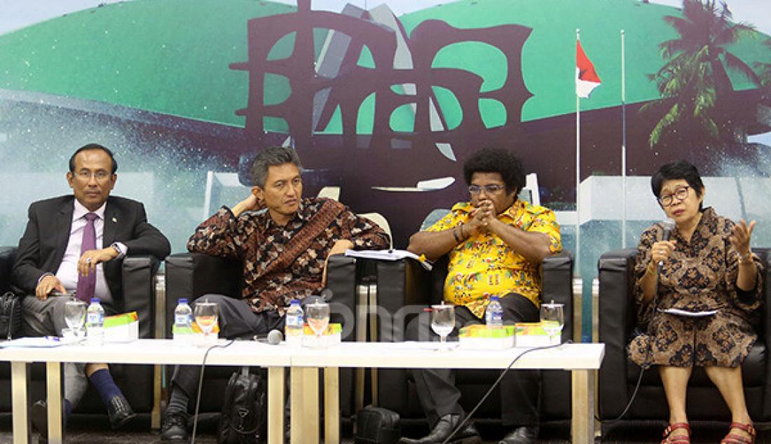 Wakil Ketua Komisi I DPR Satya W Yudha, Anggota Komisi II DPR Abdul Hakam Naja, Senator asal Papua Barat Mervin S Komber dan Ketua Papua Center UKI Dr. Antie Soleman Foto: Ricardo - JPNN.com