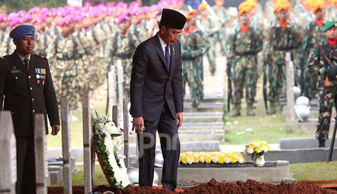 Jokowi Pimpin Upacara Pemakaman Alm. BJ Habibie - JPNN.com
