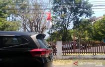 Berkabung, Warga Kibarkan Bendera Setengah Tiang - JPNN.com