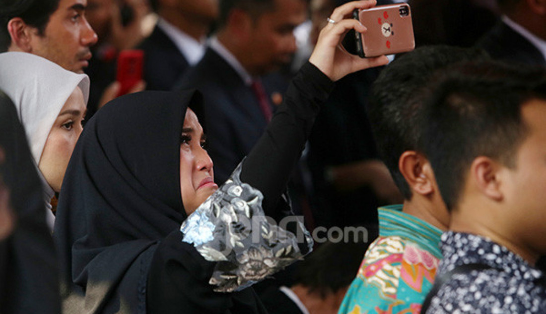 Antar Alm. Habibie ke Peristirahatan, Chaha Menangis - JPNN.com