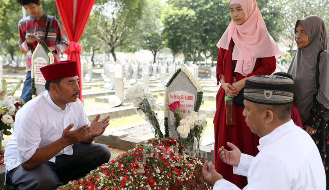 Warga berziarah ke makam Almarhum Presiden Ke-3 BJ Habibie di TMP Kalibata, Jakarta, Minggu (15/9). Setelah 4 hari dimakamkan, warga masih banyak yang datang untuk berziarah. Foto: Ricardo - JPNN.com