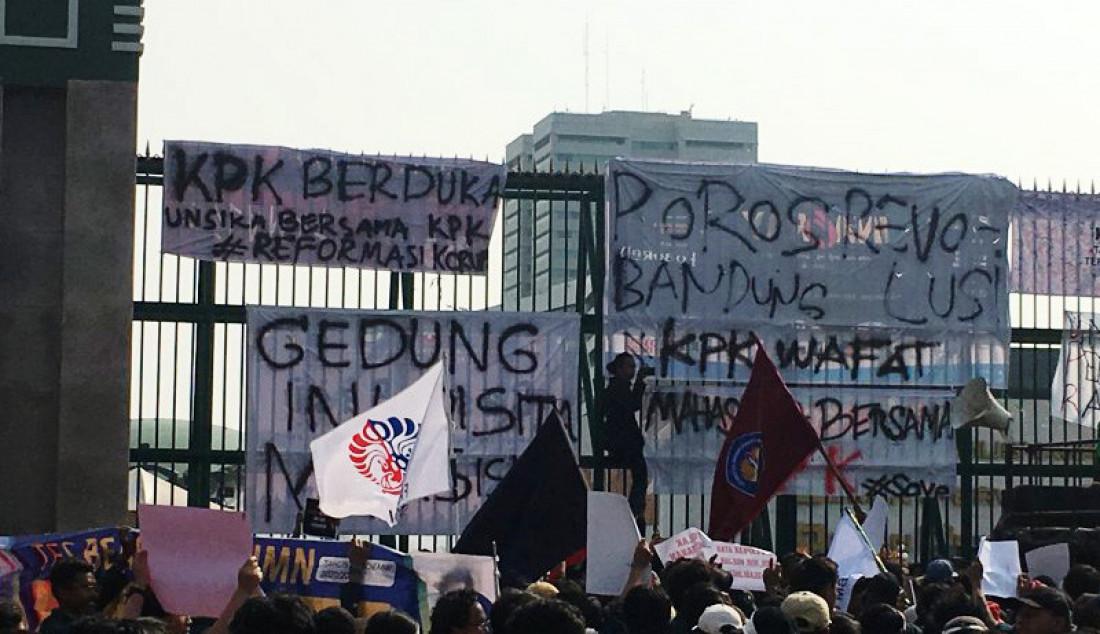 Sejumlah mahasiswa menduduki pagar gerbang gedung Parlemen Senayan, Kamis (19/9). Massa menuntut pengesahan revisi Undang-Undang KPK dibatalkan dan Rancangan Kitab Undang-Undang Hukum Pidana tidak segera disahkan. Foto: Abdu Faisal/ANTARA/JPNN.com - JPNN.com