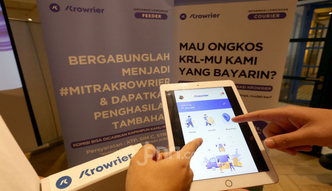 Co-Founder of Krowrier Davyn Sudirdjo dan Chief Executive Officer of Krowrier Muhammad Said Romadlon saat luncurkan aplikasi KROWRIER, Jakarta, Kamis (19/9). Layanan jasa pengiriman dengan metode crowdsourcing dan memanfaatkan penggunaan layanan transportasi publik karena kalo bisa gratis #Kenapaharusbayar. Foto: Ricardo - JPNN.com