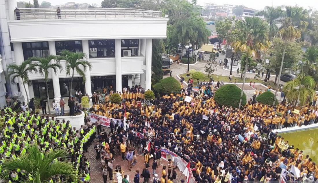 Ribuan mahasiswa memenuhi halaman kantor DPRD Sumatera Barat, Rabu (25/9). Dalam aksinya para Mahasiswa menyuarakan penolakan atas pengesahan sejumlah RUU. Foto: Mario Sofia/ANTARA/JPNN.com - JPNN.com