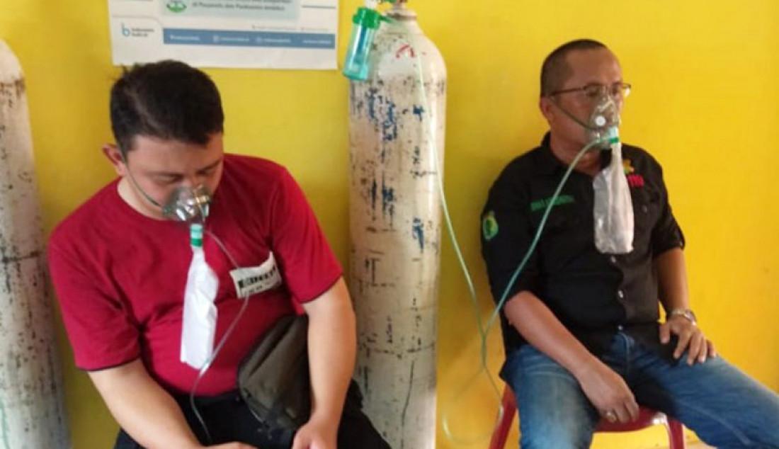 Petugas Pemadam Kebakaran Hutan dan Lahan Kabupaten Musi Banyuasin, Sumatera Selatan, menyedot oksigen murni untuk memulihkan kesehatannya di Sekayu, Rabu (25/9). Foto: HO/19/ANTARA/JPNN.com - JPNN.com