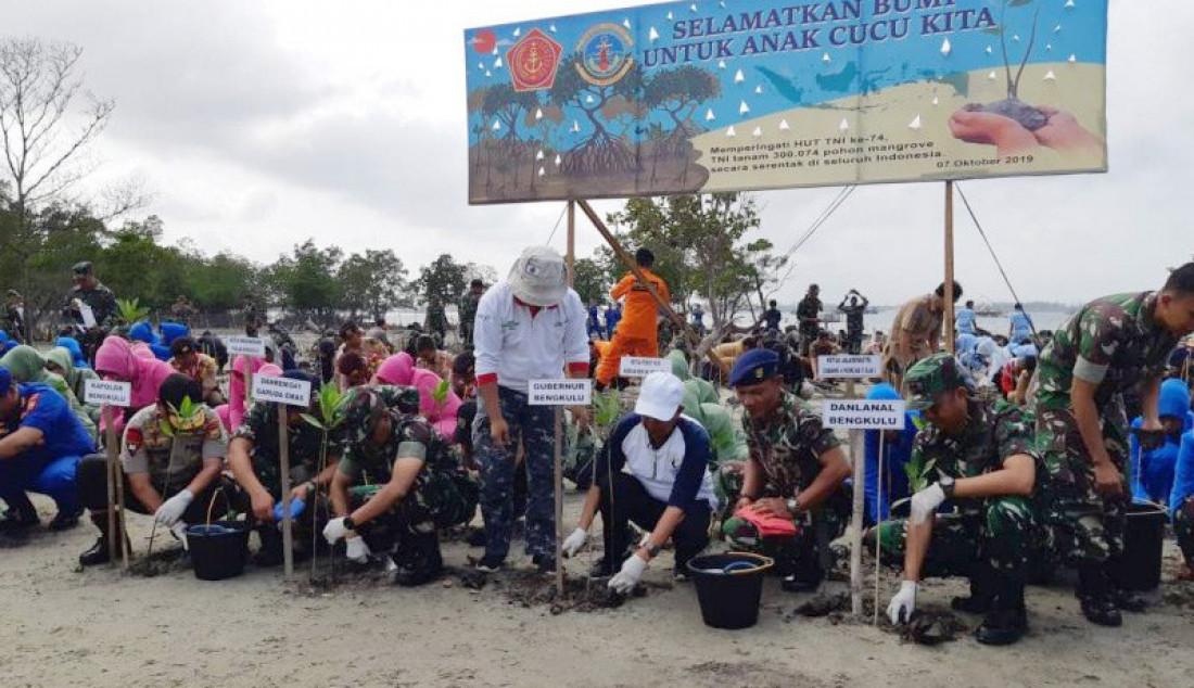 HUT ke 74, Pasukan TNI Tanam 4.500 Mangrove - JPNN.com