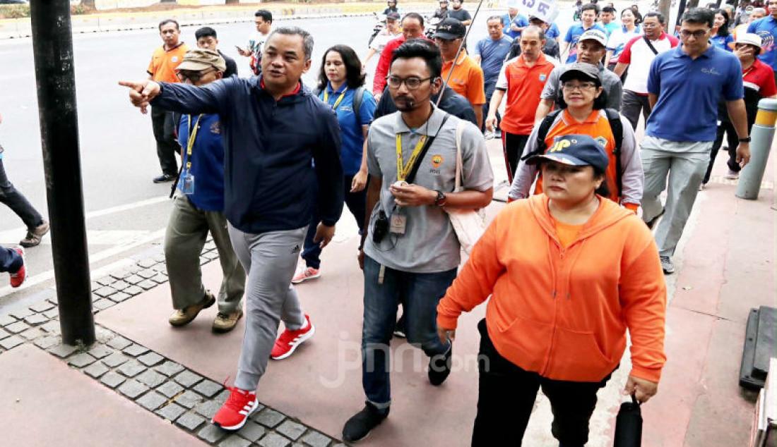 Walikota Jakpus Bayu Megantara Sonti bersama Kasudin Pariwisata dan kebudayaan Kota Jakpus Sonti Pangaribuan berjalan kaki dalam acara Jakarta Walking Tour di Jalan MH Thamrin, Jakarta, Jum'at (11/10). Foto: Ricardo - JPNN.com