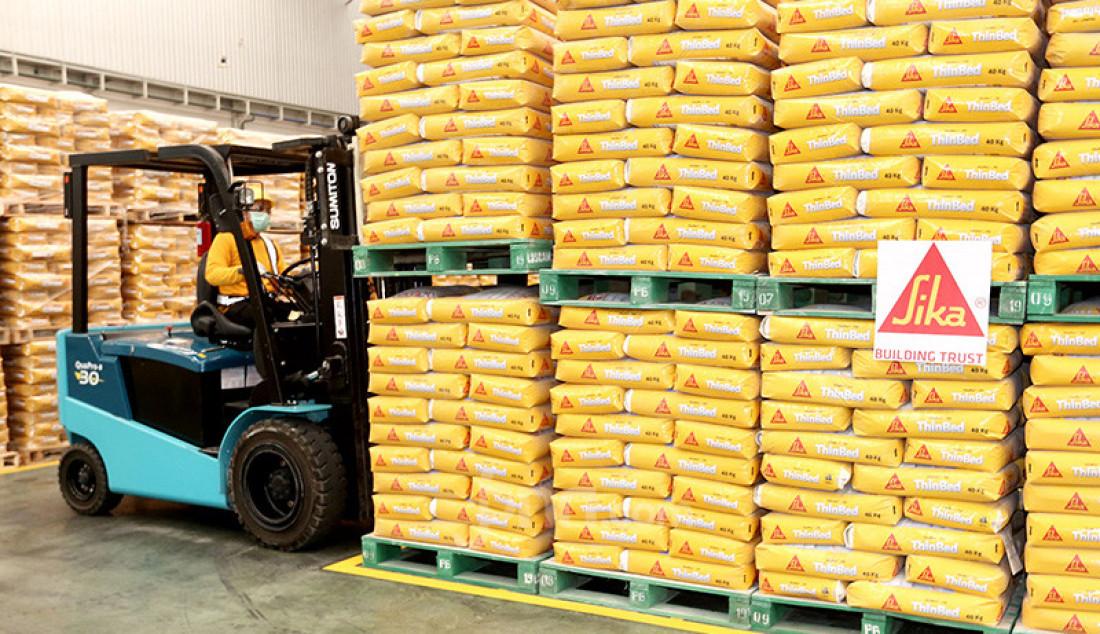 Pabrik Sika Indonesia yang ke 3 di Cibitung, Bekasi, Senin (14/10). PT.Sika Indonesia merupakan perusahaan bahan kimia untuk konstruksi dan industri. terbesar di Asia Pasifik dengan nilai investasi senilai Rp. 200 miliar yang mampu memproduksi mortar hingga 450.000 ton per tahun. Foto: Ricardo - JPNN.com