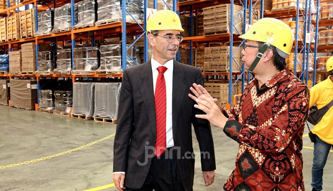 GM Sika Indonesia Eddy Susanto dan Duta Besar Swiss untuk Indonesia Kurt Kunz saat meninjau pabrik Sika Indonesia yang ke 3 di Cibitung, Bekasi, Senin (14/10). Foto: Ricardo - JPNN.com