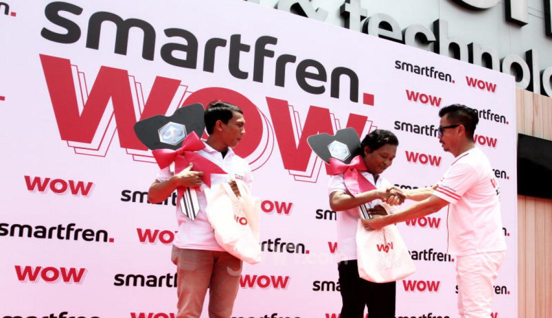 Deputy CEO Smartfren Djoko Tata Ibrahim memberikan hadiah kepada pemenang program undian Smarfren WOW, Jakarta, Senin (14/10). Foto: Ricardo - JPNN.com