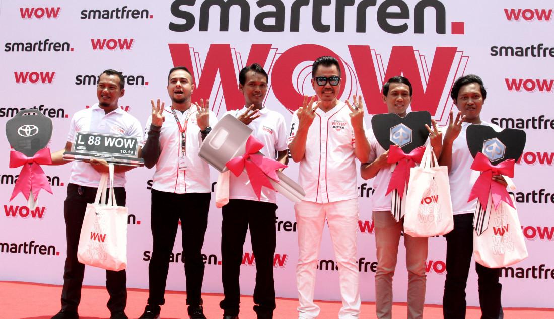 Deputy CEO Smartfren Djoko Tata Ibrahim foto bersama pemenang program undian Smarfren WOW, Jakarta, Senin (14/10). Program Undian Smartfren WOW merupakan program apresiasi yang akan mewujudkan mimpi pelanggan untuk memiliki rumah, mobil, dan tiga buah vespa, serta ratusan hadiah lainnya. Foto: Ricardo - JPNN.com
