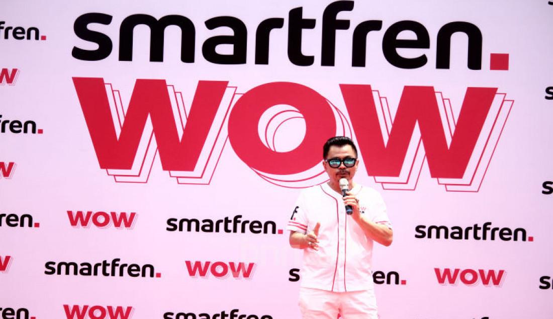 Deputy CEO Smartfren Djoko Tata Ibrahim dalam program undian Smarfren WOW, Jakarta, Senin (14/10). Program Undian Smartfren WOW merupakan program apresiasi yang akan mewujudkan mimpi pelanggan untuk memiliki rumah, mobil, dan tiga buah vespa, serta ratusan hadiah lainnya. Foto: Ricardo - JPNN.com
