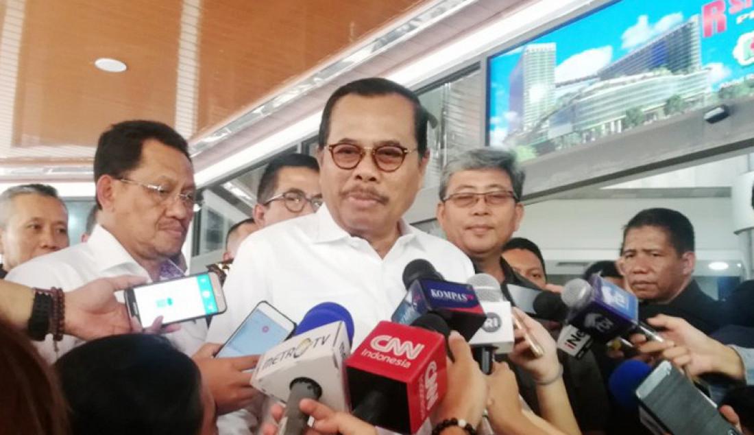 Jaksa Agung M Prasetyo, usai menjenguk Menko Polhukam Wiranto di RSPAD Gatot Soebroto, Jakarta, Selasa (15/10). Foto: Zuhdiar L/ANTARA/JPNN.com - JPNN.com