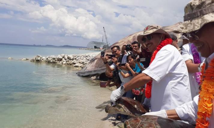 Menpar Arif Yahya Lepas Penyu di Pulau Pengalap - JPNN.com