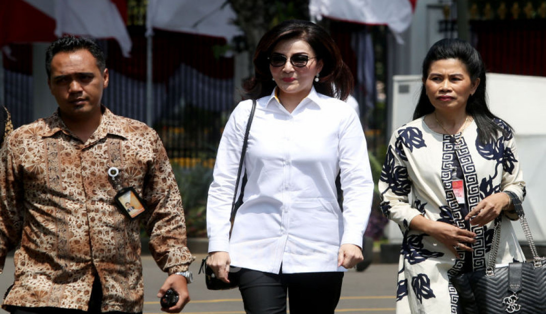 Bupati Minahasa Selatan Christiany Eugenia Tetty Paruntu tiba di komplek Istana Negara, Jakarta, Senin (21/10). Foto: Ricardo - JPNN.com