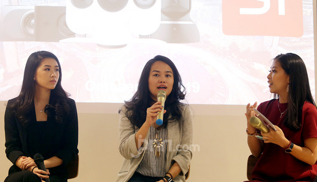 Vice President PT Harapan Karunia Makmur, Stephanie Hakim dan Country Marketing Manager YI Technology Indonesia, Miji Sarwono menerangkan produk terbaru YI Smart Home dari YI Technology (YI), Jakarta, Senin (28/10). Produk ini menawarkan rekaman berkualitas tinggi dengan ukuran penyimpanan yang kecil, yang dihasilkan dari performa yang lebih cepat dan lebih akurat. Foto: Ricardo - JPNN.com
