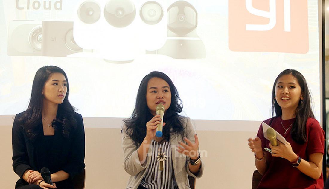 Vice President PT Harapan Karunia Makmur, Stephanie Hakim dan Country Marketing Manager YI Technology Indonesia, Miji Sarwono saat meluncurkan produk terbaru YI Smart Home dari YI Technology (YI), Jakarta, Senin (28/10). Produk ini menawarkan rekaman berkualitas tinggi dengan ukuran penyimpanan yang kecil, yang dihasilkan dari performa yang lebih cepat dan lebih akurat. Foto: Ricardo - JPNN.com