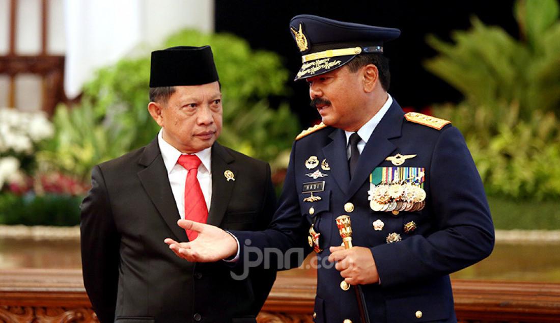 Mendagri Tito Karnavian berbincang dengan Panglima TNI Marsekal Hadi Tjahjanto disela Pelantikan Kapolri di Istana Negara, Jakarta, Jumat (1/11). Foto: Ricardo - JPNN.com