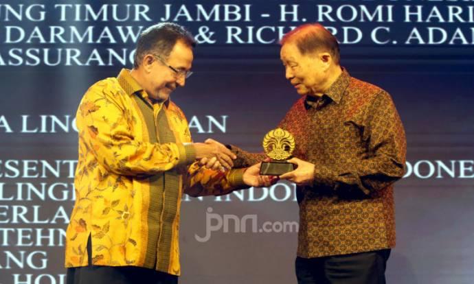 Mochtar Riady Menerima Penghargaan Dari UI