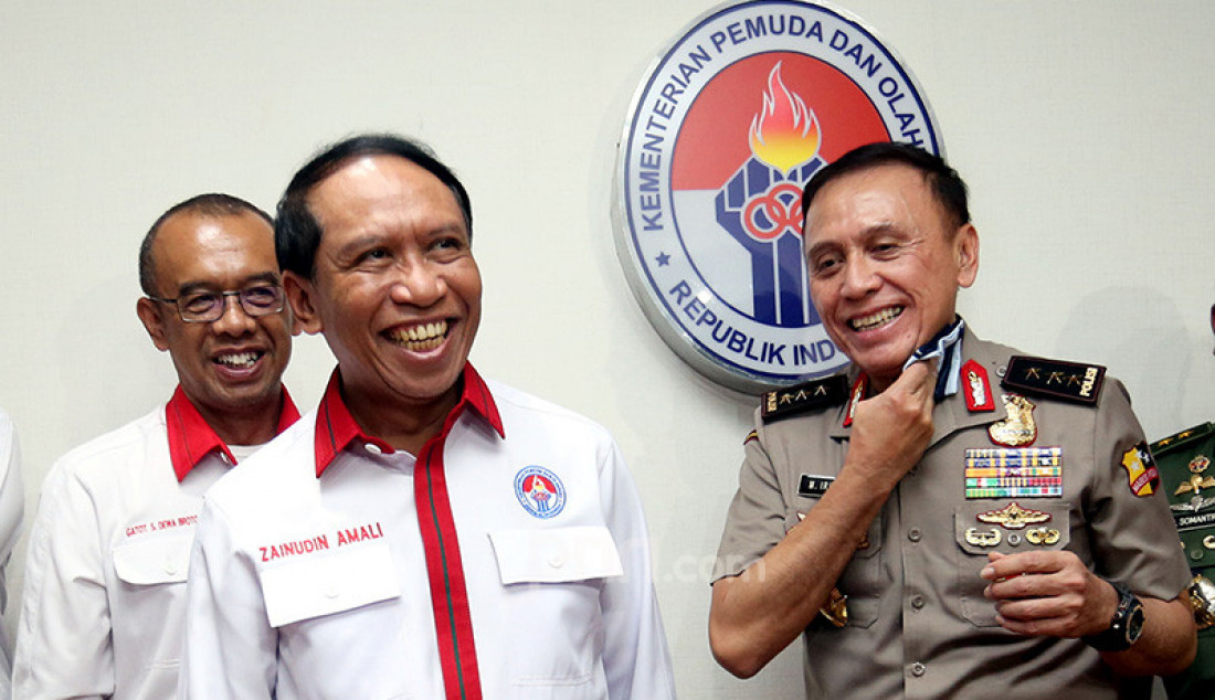 Menpora Zainuddin Amali dan Ketua Umum PSSI Mochamad Iriawan memberikan keterangan pers usai bertemu di Kantor Kemenpora, Jakarta, Senin (4/11). Foto: Ricardo - JPNN.com
