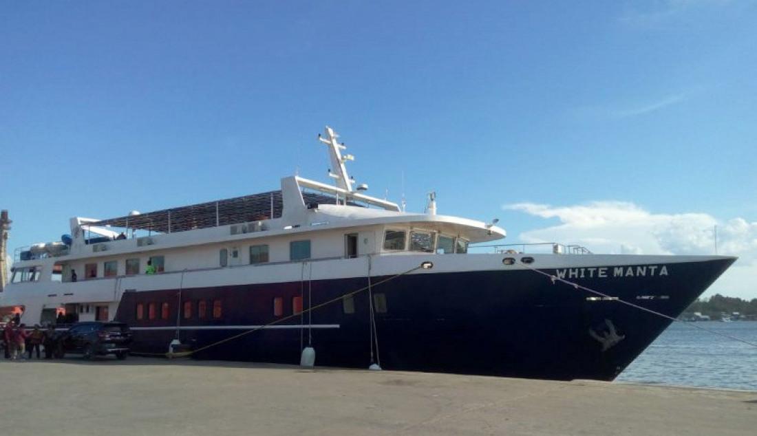 Kapal wisata White Manta berlabuh di pelabuhan Nusantara Kendari. Kapal wisata ini hadir untuk membantu para pelancong menikmati wisata maritim. Foto: Sarjono/ANTARA/JPNN.com - JPNN.com