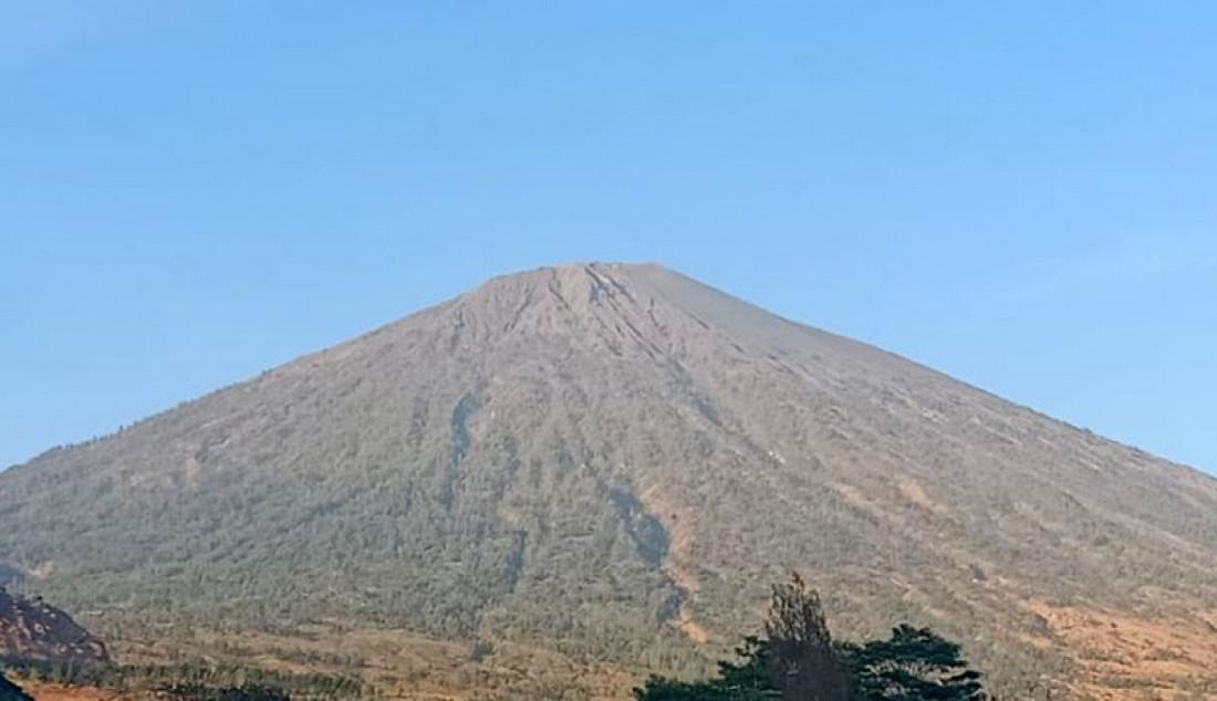 Panorama Gunung Rinjani ketika dipotret dari Sembalun, Kabupaten Lombok Timur, NTB. Balai Taman Nasional Gunung Rinjani (BTNGR) membuka empat jalur pendakian pasca terjadinya kebakaran. Foto: Awaludin/ANTARA/JPNN.com - JPNN.com