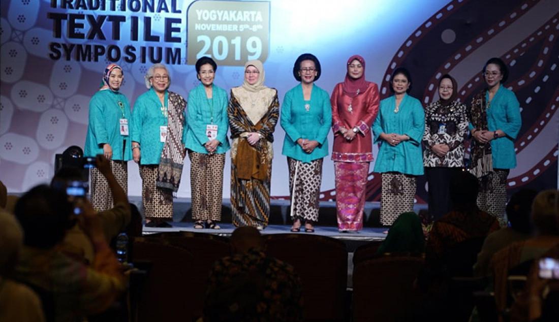 Simposium Kain Tradisional se-ASEAN resmi dibuka oleh Gusti Kanjeng Ratu Hemas. Acara pembukaan berlangsung di Kasultanan Ballroom Ambarrukmo Hotel, Selasa (05/11) pagi. Pembukaan ditandai dengan pemukulan alat musik tradisional Kenong. Foto: Ist for JPNN.com - JPNN.com