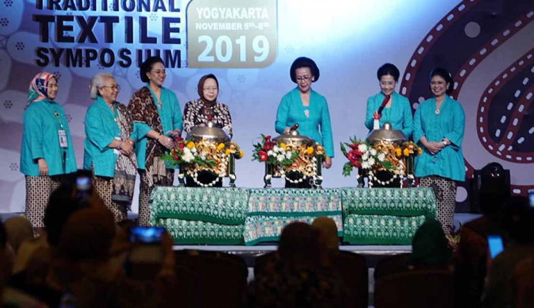 Simposium Kain Tradisional se-ASEAN resmi dibuka oleh Gusti Kanjeng Ratu Hemas. Acara pembukaan berlangsung di Kasultanan Ballroom Ambarrukmo Hotel, Selasa (05/11) pagi. Foto: Ist for JPNN.com - JPNN.com