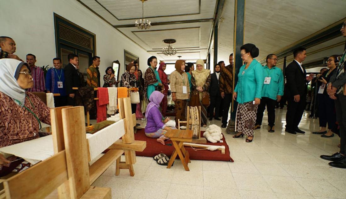 Simposium Kain Tradisional se-ASEAN resmi dibuka oleh Gusti Kanjeng Ratu Hemas. Acara pembukaan berlangsung di Kasultanan Ballroom Ambarrukmo Hotel, Selasa (05/11) pagi. Pembukaan ditandai dengan pemukulan alat musik tradisional Kenong Foto: Ist for JPNN.com - JPNN.com